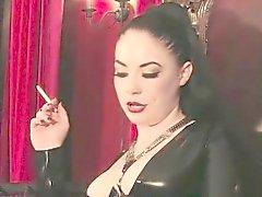 Señora dominación femenina El fumar dominan con los pies