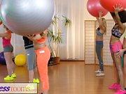 Fitness Rooms Gym milf ha un trio lesbico interrazziale