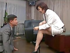 Aasian jalka femdom tupakointi savukeholkki
