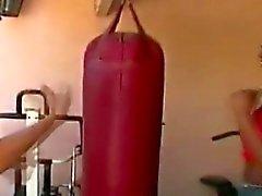 Женское эбеновое дерево трахается парень с страпон