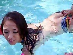 Del bikini sexy teen di Sara Luvv scopata dal un cazzo all'aperto