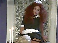Verrückter rothaarige Zimmermädchen bläst einen schmutzigen altes Butlers Schwanz