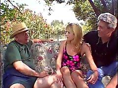 Blond Gattin ist durch beiden Zapfen gegenüber ihres Mannes gefickt