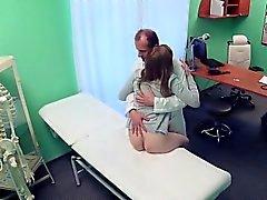 Spanked eşi yardım için hastaneye geldi