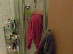 Lorena stinkt wie eine Sau, sie muss duschen