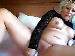 Sensuella sött MILF Lilli i stor klantskallar masturberar