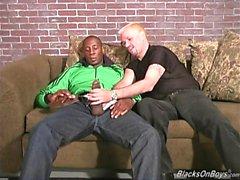 blond ajourée monte un énorme black dong