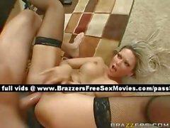Очень сексуально грудастая блондинки женщина на работе
