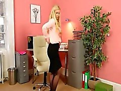 Blonde Sekretärin in den Strümpfen Band