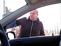 De piscamento uma avó no carro