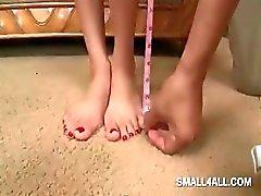 Tiener schatje krijgt haar kleine sexy lichaam gemeten