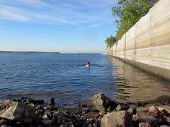 Nadar com um longo 18,5 polegadas vibrador de 47 cm de profundidade no cu ao ar livre!