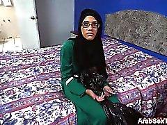 Slanciato cazzo di pulcino di Pompaggio araba per di sperma