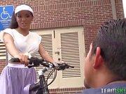 Emily Mena reitet einen Nachbarn Hahn