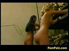 Två fångar straffas som slavar