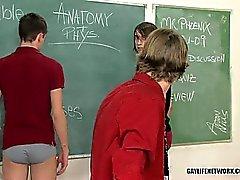 Twinks содержание под стражей превращается в приклад шлепки безумие