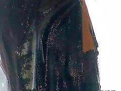 Babe douchen gekleed tijdens het masturberen