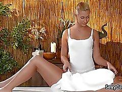 Блондин массажиста есть киски лизать