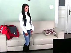Brunette met lange haren roken op de divan