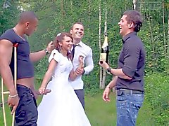 Молодая невеста запускается напали трое петухов