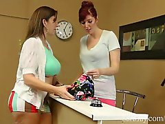 Azgın Seamstress Licks Up Sara Jay