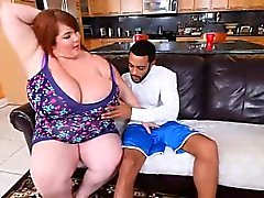 Sexy che SSBBW Lexxi Lusso Feeds Stallone Breakfast di Boobs