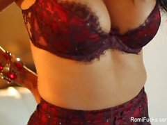 Busty brunette Romi pluie jouets sa chatte humide
