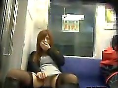 De Fille Asian orgasming le métro