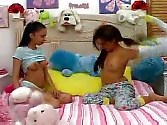 Hot Teens dar uma babá blowjob.F70