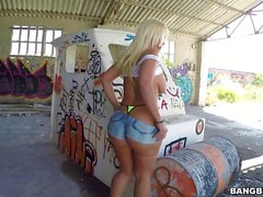 Fat ass Blondie Fesser bekommt banged outdoor